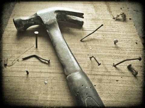 Tiny House selber bauen (zu sehen: Hammer und Nägel)